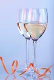 Dos vidrios de vino con el vino blanco Imágenes de archivo libres de regalías