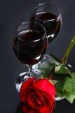 Dos vidrios de vino con se levantaron Imagen de archivo