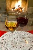 Dos vidrios de vino en el mantel blanco Fondo de la chimenea de la chimenea Interior acogedor romántico Fondo suave foto de archivo