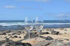 Dos vidrios de vino en Niza la playa tropical Fotos de archivo libres de regalías