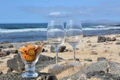 Dos vidrios de vino en Niza la playa tropical Imágenes de archivo libres de regalías