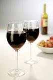 Dos vidrios de vino llenos Fotos de archivo libres de regalías