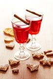 Dos vidrios de vino reflexionado sobre con el pan de jengibre Fotografía de archivo libre de regalías
