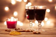 Dos vidrios de vino reflexionado sobre con el pan de jengibre Fotografía de archivo