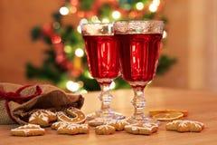 Dos vidrios de vino reflexionado sobre con el pan de jengibre y las especias Foto de archivo libre de regalías