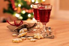 Dos vidrios de vino reflexionado sobre con el pan de jengibre y las especias Foto de archivo