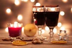 Dos vidrios de vino reflexionado sobre con el pan de jengibre y las especias Fotos de archivo