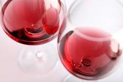Dos vidrios de vino rojo Foto de archivo
