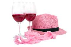 Dos vidrios de vino rojo cerca de las bragas rosadas Imagen de archivo libre de regalías