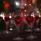 Dos vidrios de vino rojo, con amor. Fotos de archivo libres de regalías