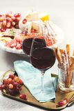 Dos vidrios de vino rojo con bocados Foto de archivo