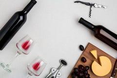 Dos vidrios de vino rojo, de queso y de uvas Visión superior Foto de archivo
