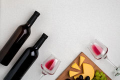 Dos vidrios de vino rojo, de queso y de uvas Visión superior Imagen de archivo