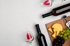 Dos vidrios de vino rojo, de queso y de uvas Visión superior Fotos de archivo libres de regalías