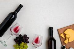 Dos vidrios de vino rojo, de queso y de uvas Visión superior Imágenes de archivo libres de regalías