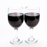 Dos vidrios de vino rojo en el aislamiento del fondo Fotografía de archivo