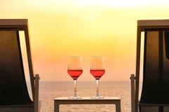 Dos vidrios de vino rojo en el fondo del mar Fotografía de archivo libre de regalías