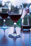 Dos vidrios de vino rojo en el restaurante del aire abierto Foto de archivo libre de regalías