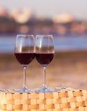 Dos vidrios de vino rojo en la puesta del sol Imagen de archivo