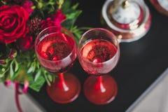 Dos vidrios de vino rojo en la tabla Imagen de archivo