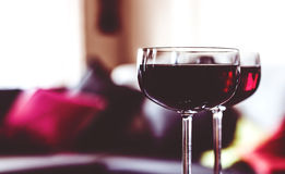 Dos vidrios de vino rojo en un vector Imagen de archivo