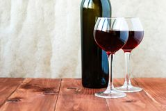 Dos vidrios de vino rojo en un vector de madera Fotografía de archivo