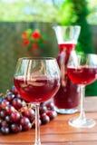 Dos vidrios de vino rojo hecho en casa delicioso con la uva Fotografía de archivo libre de regalías