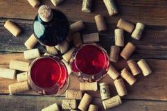Dos vidrios de vino rojo y de corchos Copyspace Visión superior Imagenes de archivo