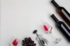 Dos vidrios de vino rojo y de uvas Visión superior Imagen de archivo