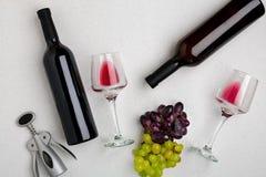 Dos vidrios de vino rojo y de uvas Visión superior Fotos de archivo