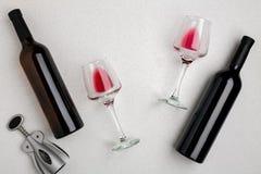 Dos vidrios de vino rojo y de uvas Visión superior Fotografía de archivo libre de regalías