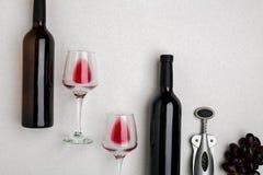 Dos vidrios de vino rojo y de uvas Visión superior Imagenes de archivo