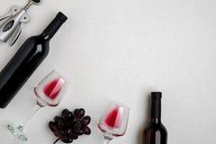 Dos vidrios de vino rojo y de uvas Visión superior Fotos de archivo libres de regalías