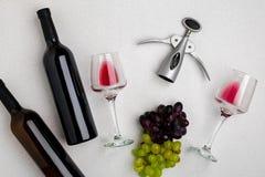 Dos vidrios de vino rojo y de uvas Visión superior Foto de archivo