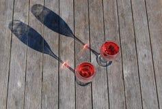 Dos vidrios de vino rosado imagen de archivo