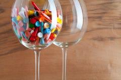Dos vidrios de vino y de tee de golf Imagenes de archivo