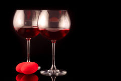 Dos vidrios de vino y un corazón Imágenes de archivo libres de regalías
