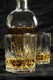 Dos vidrios de whisky fotos de archivo