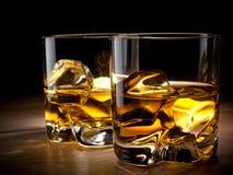 Dos vidrios de whisky imagen de archivo