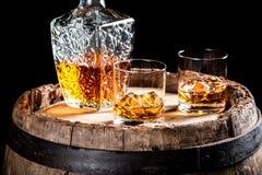 Dos vidrios de whisky o de brandy envejecido en las rocas imagen de archivo