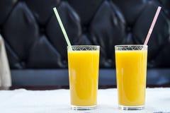 Dos vidrios de zumo de naranja Concepto sano de la bebida Fotografía de archivo libre de regalías