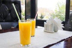 Dos vidrios de zumo de naranja Concepto sano de la bebida Imagenes de archivo