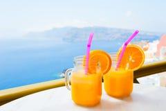 Dos vidrios de zumo de naranja fresco en la tabla, Fotografía de archivo