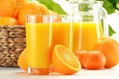 Dos vidrios de zumo y de frutas de naranja Fotografía de archivo