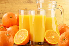 Dos vidrios de zumo y de frutas de naranja Foto de archivo