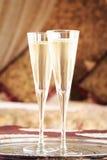 Dos vidrios del champán con el toldo oriental acuestan en el fondo Imágenes de archivo libres de regalías