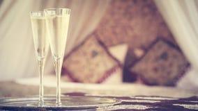 Dos vidrios del champán con el toldo oriental acuestan en el fondo Imagenes de archivo
