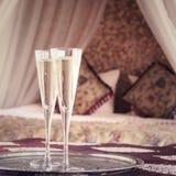 Dos vidrios del champán con el toldo oriental acuestan en el fondo Fotografía de archivo libre de regalías