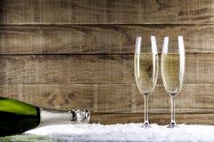 Dos vidrios del champán con la botella del champán Imágenes de archivo libres de regalías