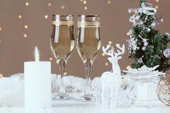Dos vidrios del champán en fondo del bokeh de la Navidad Imagen de archivo libre de regalías